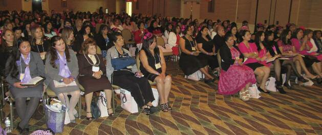 About 340 Spanish-speaking women attended another retreat, also at the Wyndham Hamilton Park Hotel. Josefina Sanchez, a pastor s wife from Ontario, Canada, spoke at the main sessions.