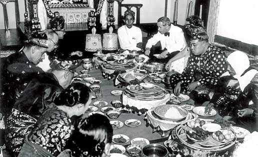 21. The British officials are entertained for a sitdown banquet at the Istana