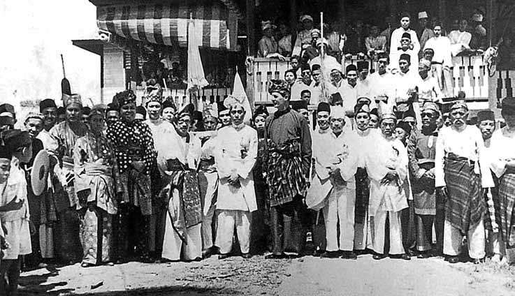 Sultan Haji Omar Ali Saifuddien with some