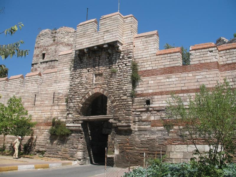 Ruins of the Theodosian Walls around Constantinople Source: https://upload.wikimedia.org/wikipedia/commons/4/43/car_bed_kap2.