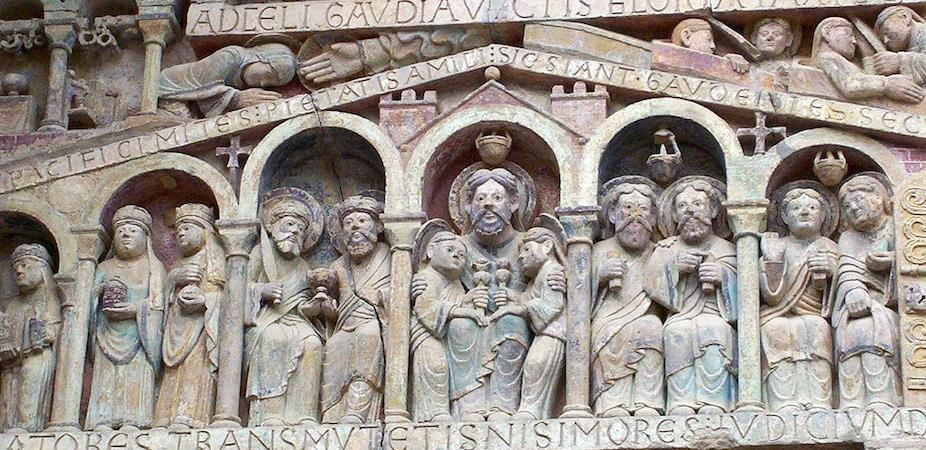 Below these saints, a small arcade is covered by a pediment, meant to represent the House of Paradise.