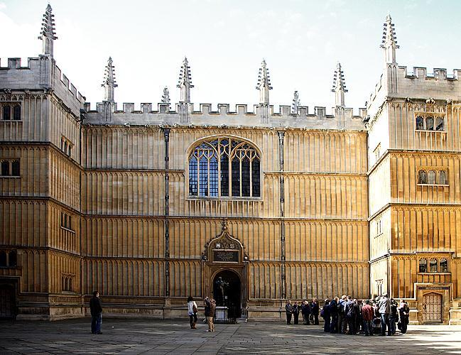 The historic centre consists mainly of magnificent buildings belonging to the world-famous Oxford University.