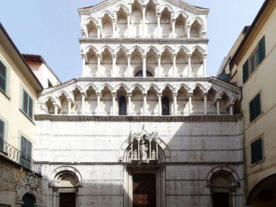 Commissioned by Cosimo di Medici, it was built by Vasari and Fortini for the Order of the Knights of Saint Stephen. The white marble façade was designed by Don Giovanni di Medici and Pieroni.