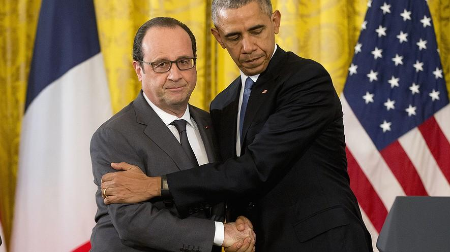 PRO/CON: How should the U.S. defeat Islamic State? By Tribune News Service, adapted by Newsela staff on 11.30.15 Word Count 1,606 U.S. President Barack Obama (right) shakes hands with French President Francois Hollande during their news conference in the East Room of the White House in Washington, D.