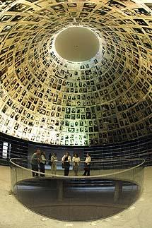 Conclusion: Yad Vashem s Methodology of Holocaust Education Two questions students should ask themselves: Why do I study the Holocaust?