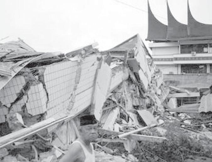 INTERNET Strong Indonesia quake kills hundreds, traps more PADANG, 1 Oct A powerful earthquake that struck western Indonesia trapped thousands of people under collapsed buildings including hospitals,