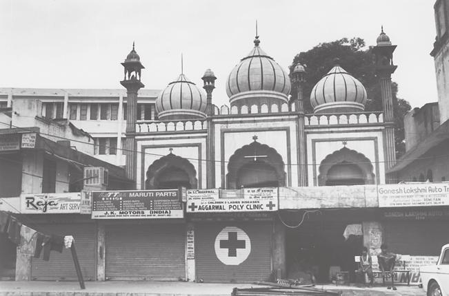 Catherine B. Asher 125 5.2. Fakhr al-masajid from street, Shahjahanabad, Delhi. In some cities, Varanasi or Lucknow, for example, mosques dominate the landscape.