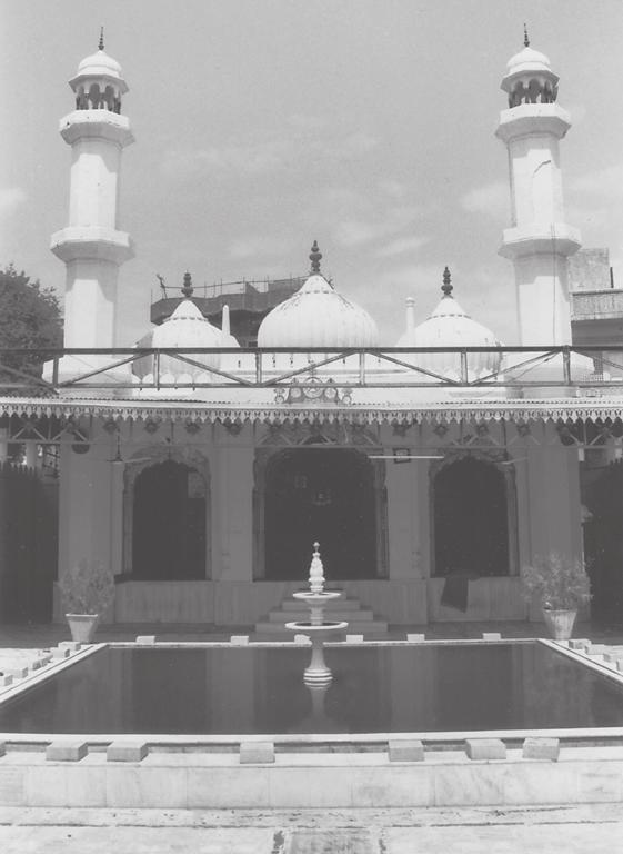 Catherine B. Asher 133 5.6. Mosque of Maulana Zia al-din Sahib, Mahalla Hadipura, Jaipur. tion visible to understand it and other contemporary mosques in the city (fig. 5.6).